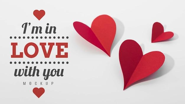 Alto ángulo de corazones de papel con mensaje