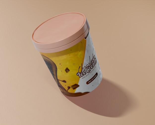 Alto ángulo de cubo con helado