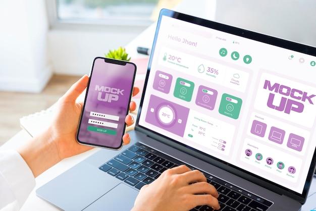 Alto ángulo de empresario trabajando en ordenador portátil y smartphone