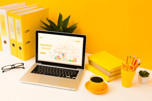 Alto ángulo de escritorio con café y computadora portátil