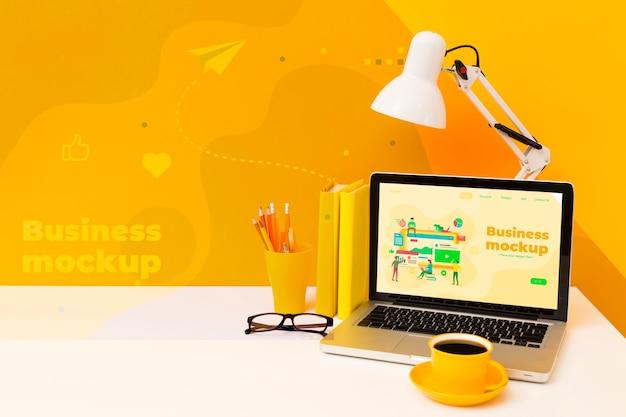 Alto ángulo de escritorio con laptop y lámpara.