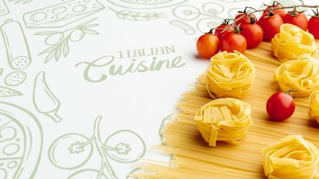 Alto ángulo de pasta cruda y tomates con fondo dibujado a mano