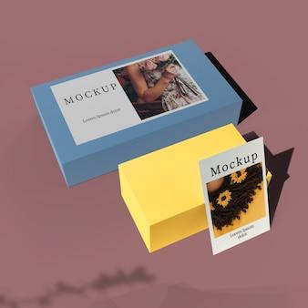Alto ángulo de tarjeta en cajas con sombra