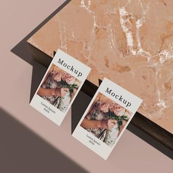 Alto ángulo de tarjeta con superficie de mármol.