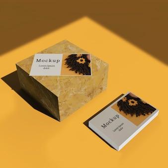 Alto ángulo de tarjetas con bloque de mármol