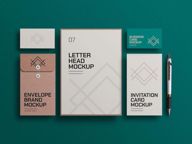 Ambachtelijke papieren envelop met visitekaartjes en mockup voor uitnodigingskaarten