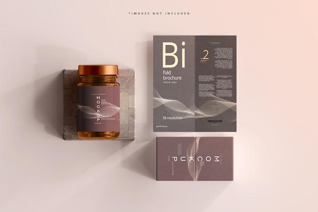 Amber glazen cosmetische pot mockup met tweevoudige brochure