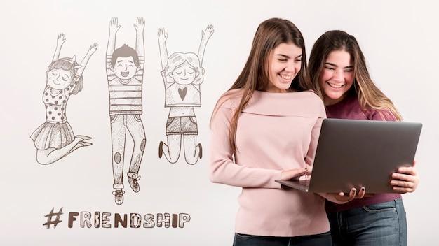 Amici che si divertono insieme il giorno dell'amicizia