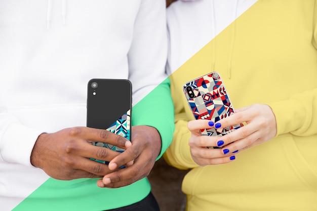 Amigos con corpulentos sosteniendo móviles