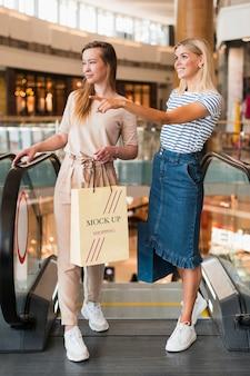 Amigos de tiro completo en compras