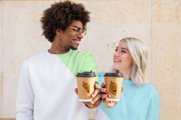 Amigos vistiendo sudaderas y tomando café