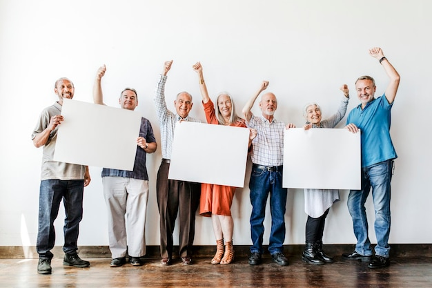 Ancianos con maqueta de carteles en blanco