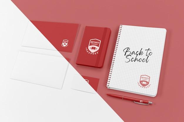 Angolo alto di elementi essenziali per il ritorno a scuola con il taccuino