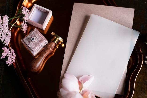 Anillo de diamantes y una maqueta de tarjeta en blanco.