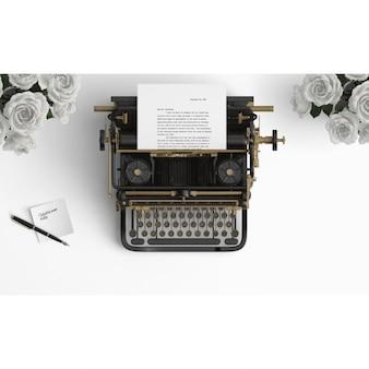Antigua máquina de escribir en un escritorio con rosas blancas