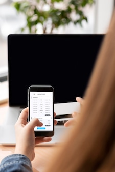 Aplicación de pago en maqueta de pantalla de teléfonos inteligentes