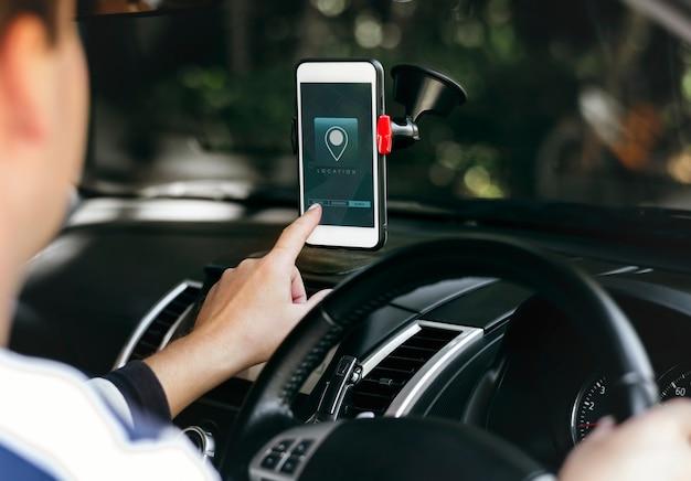 Aplicación del sistema de navegación en la pantalla de un teléfono