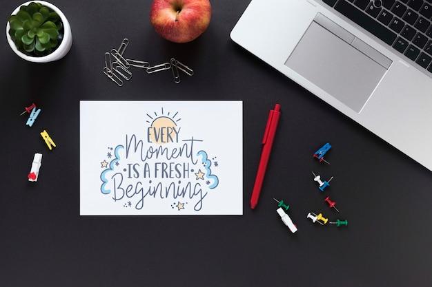 Apple laptop en zakelijke motiverende boodschap