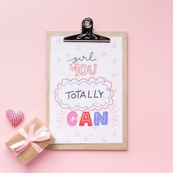Appunti accanto al regalo per l'evento del giorno delle donne