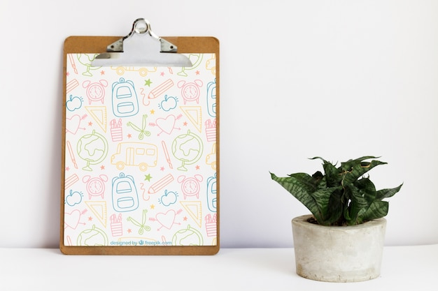 Appunti appoggiati accanto a una pianta