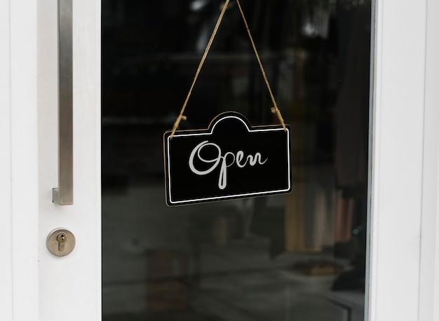 Aprire, mockup di segno di porta in legno