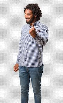 Apuesto hombre de negocios afroamericano que muestra el número uno, símbolo de contar, concepto de matemáticas, seguro y alegre
