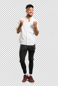 Arabische jongeman met wit overhemd een overwinning vieren