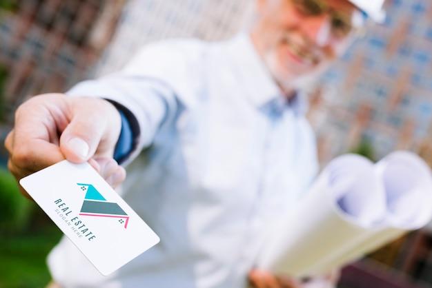 Architect die een adreskaartjemodel overhandigt