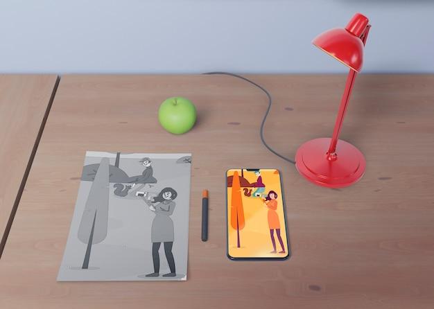 Area di lavoro della scrivania con disegno del telefono e dei fogli