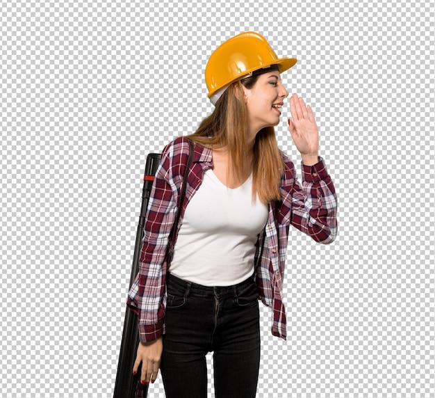 Arquitecto mujer gritando con la boca bien abierta hacia el lateral.