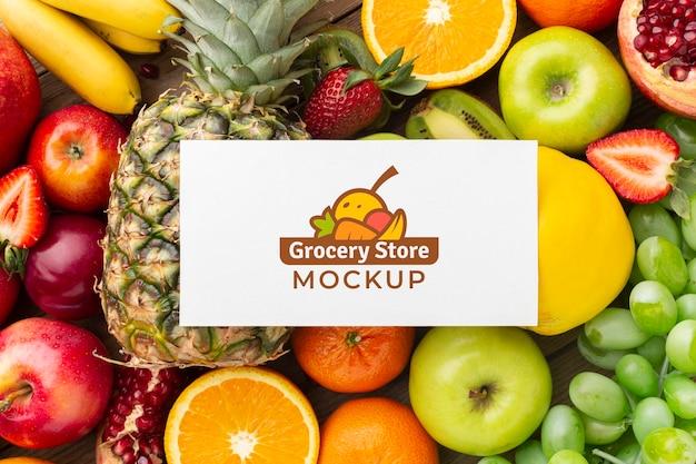 Arrangement van heerlijke groenten en fruit met mock-up kaart