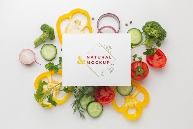 Arrangement van heerlijke groenten met mock-up kaart