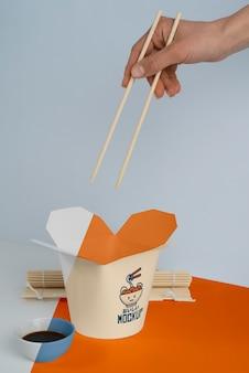 Arrangement van japans fastfood met mock-up verpakking