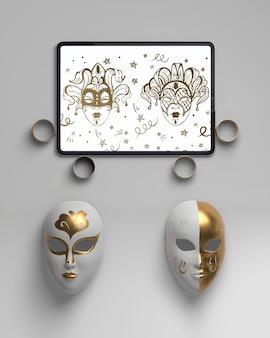 Arreglo de anillos de oro y máscaras.