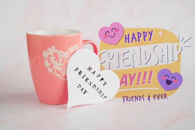 Arreglo para la celebración del día de la amistad con taza