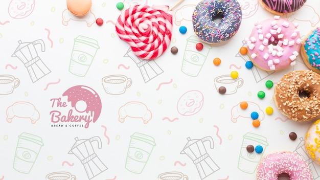 Arreglo de coloridos donas y dulces con maqueta