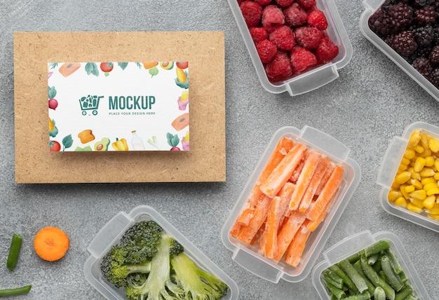 Arreglo de comida congelada con tarjeta de maqueta