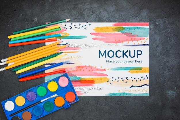 Arreglo de concepto de artista con lápices y acuarelas