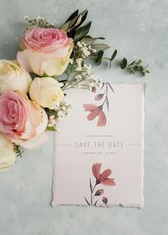 Arreglo de elementos de boda con maqueta de invitación