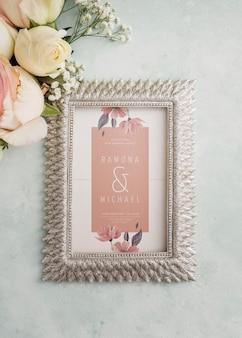 Arreglo de elementos de boda con maqueta de marco