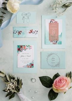 Arreglo de elementos de boda con maqueta de tarjetas
