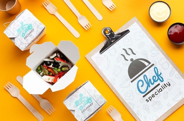 Arreglo de entrega de comida gratis con maqueta de portapapeles