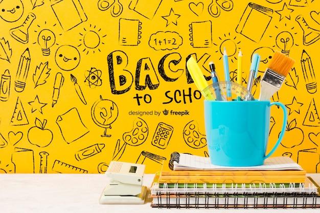 Arreglo escolar con lápices en una taza