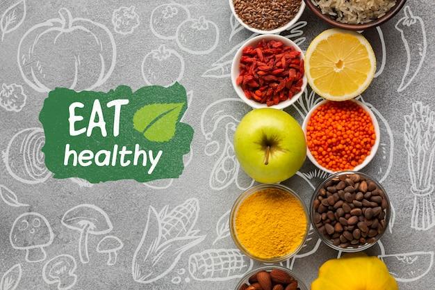 Arreglo de especias y frutas para alimentos orgánicos.