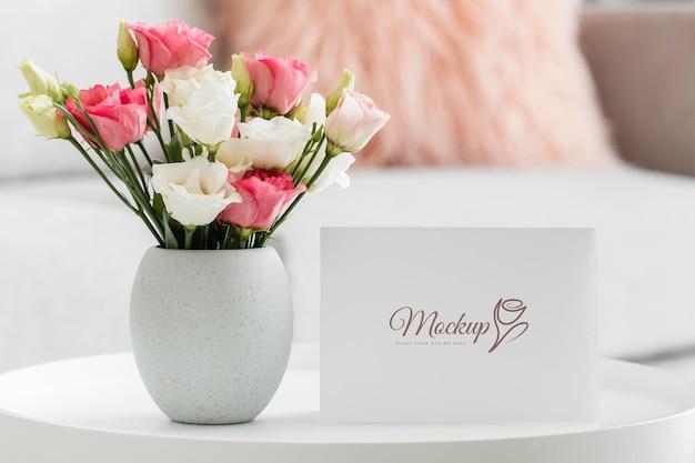Arreglo floral con tarjeta de maqueta
