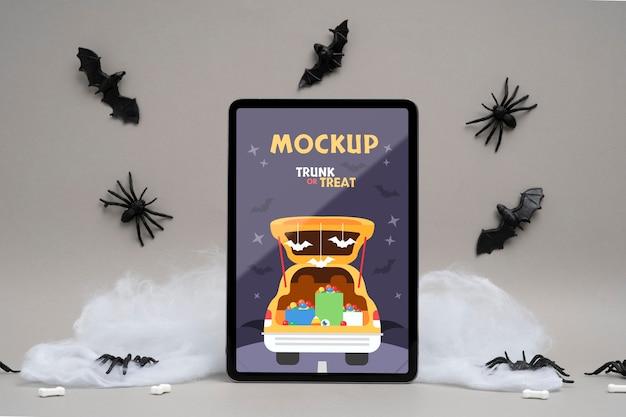 Arreglo de halloween con pantalla de tableta de maqueta