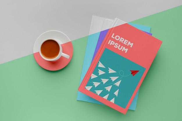 Arreglo de maqueta de portada de libro con taza de café