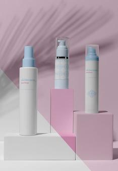 Arreglo de maquetas de productos para el cuidado de la piel