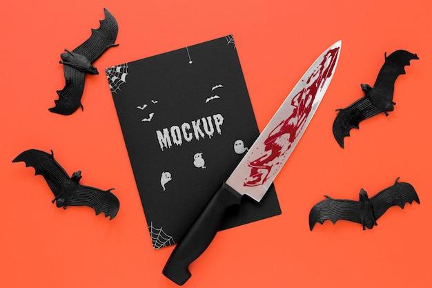 Arreglo con murciélagos y cuchillo ensangrentado