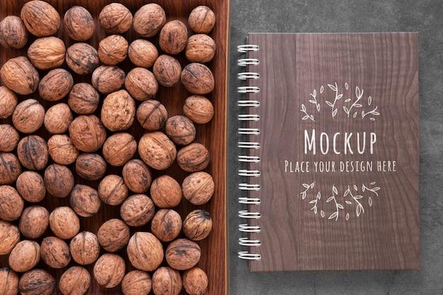 Arreglo de nueces con maqueta de cuaderno